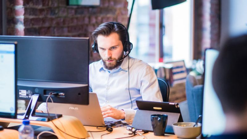 4 Industries that Use Headphones to Provide Customer Service